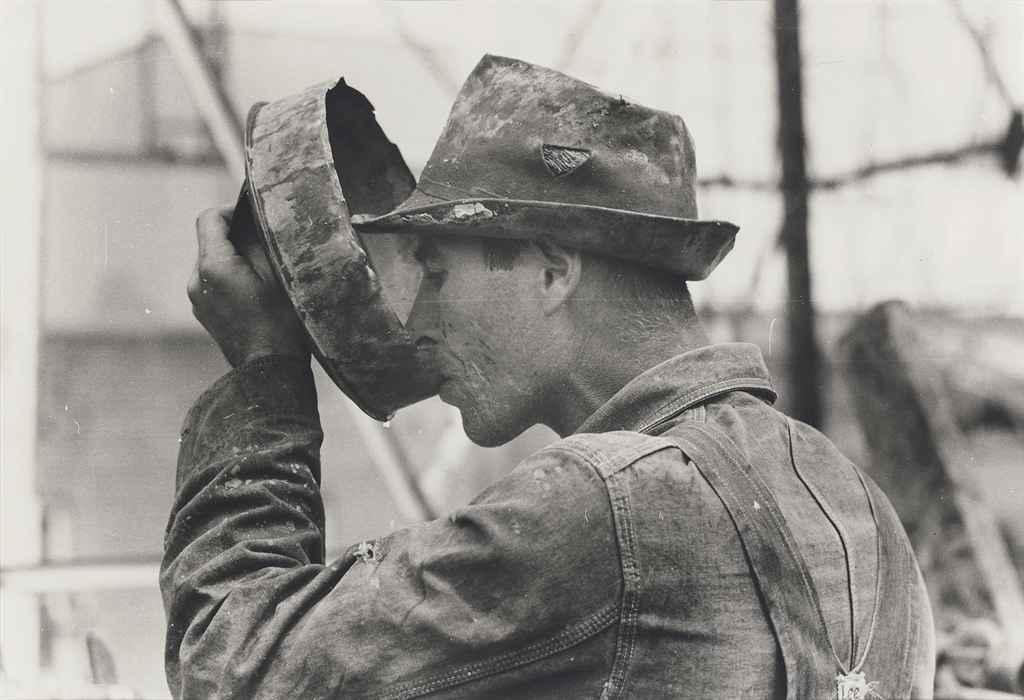 Oil field worker drinking water, Kilgore, Texas, April 1939