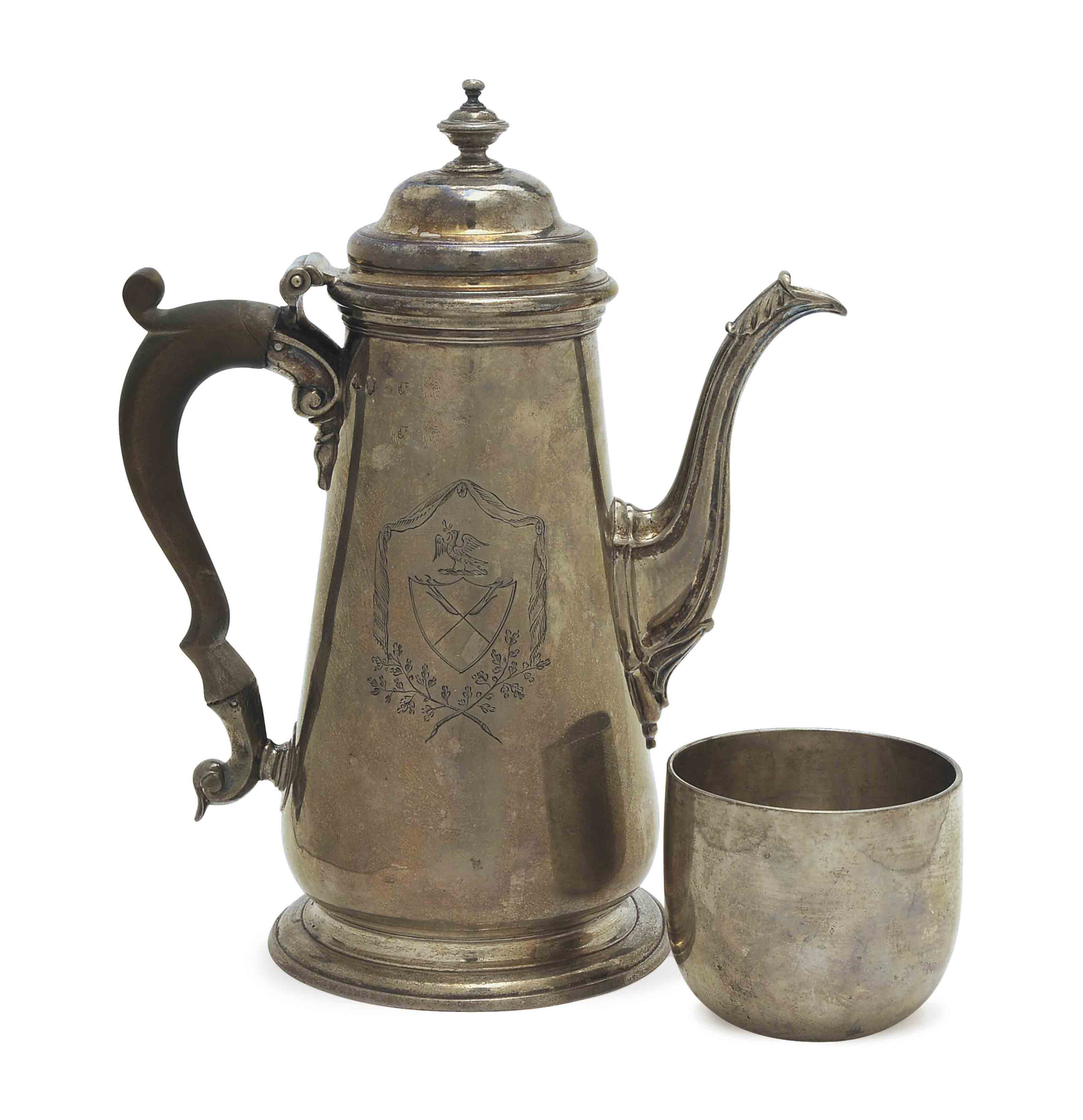 A GEORGIAN SILVER COFFEE POT WITH HINGED COVER AND A SILVER TUMBLER,