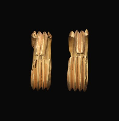 A PAIR OF EGYPTIAN GOLD EARRIN