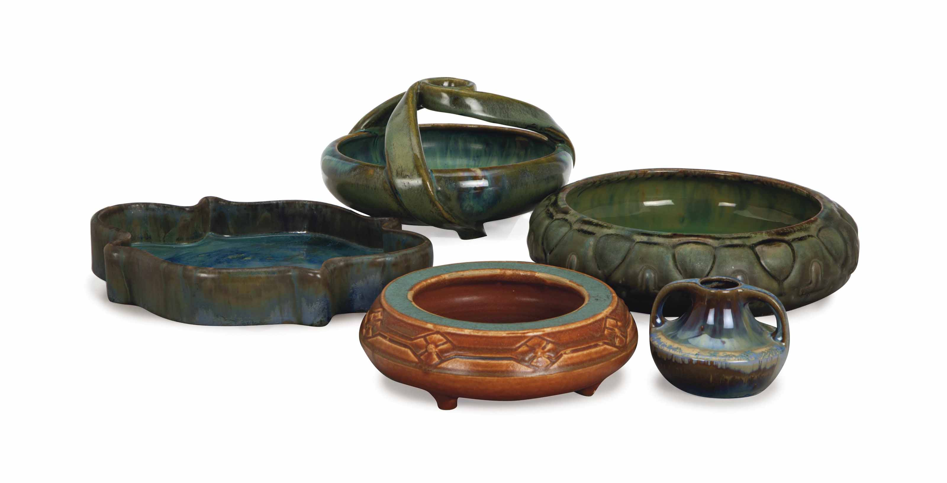 A GROUP OF ELEVEN AMERICAN POTTERY WARES,