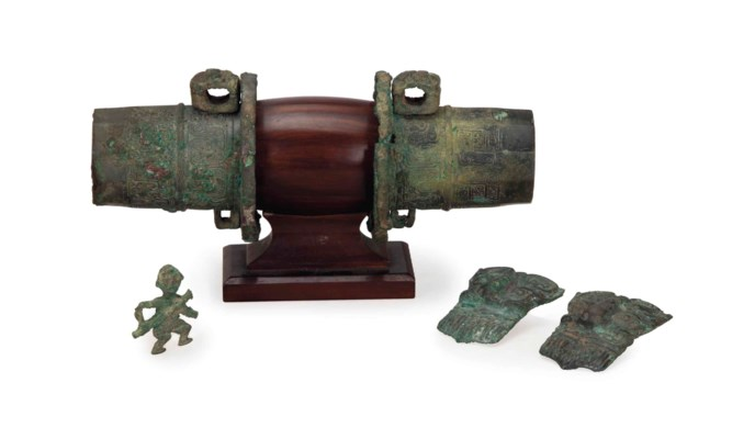 A GROUP OF CHINESE BRONZE FITT