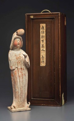 A PAINTED RED POTTERY FIGURE O