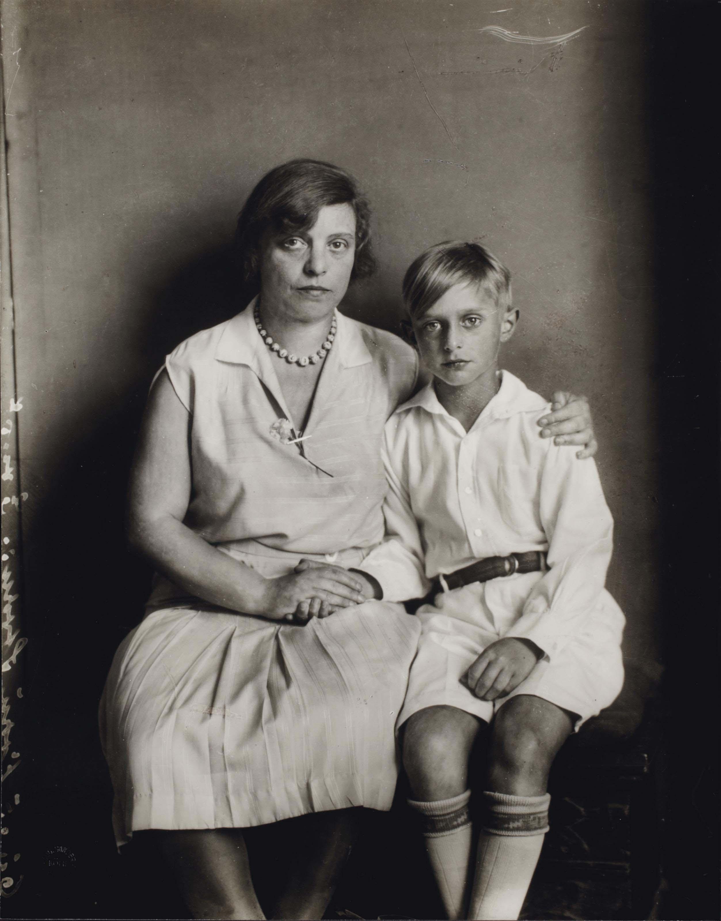 Docteur Lou Strauss-Ernst et son fils Jimmy Ernst, Cologne, 1928