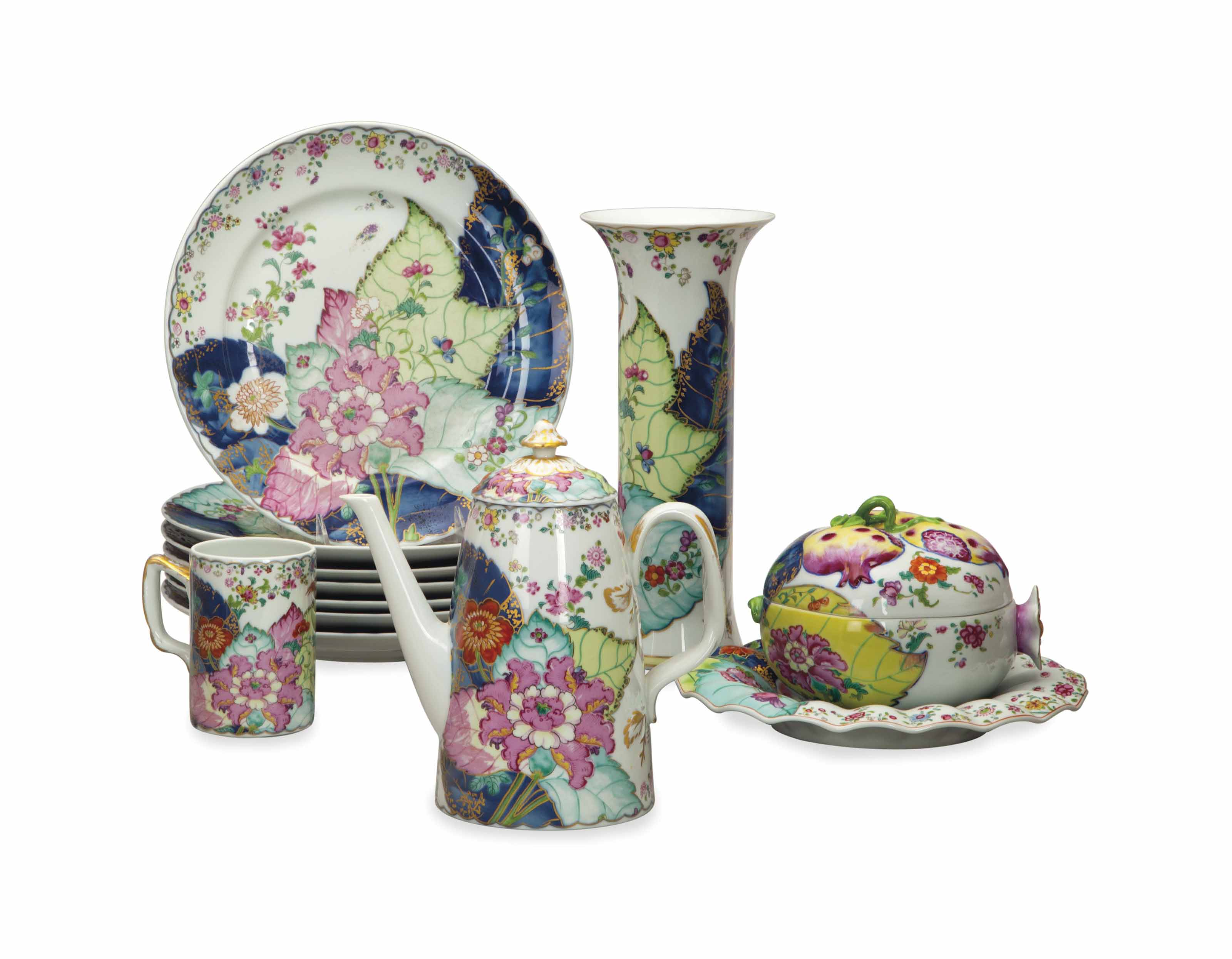A CHINESE EXPORT-STYLE TABLE SERVICE AND ACCESSORIES,