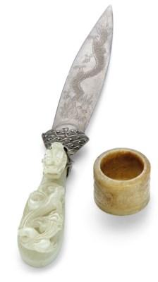 A RUSSET JADE ARCHER'S RING AN