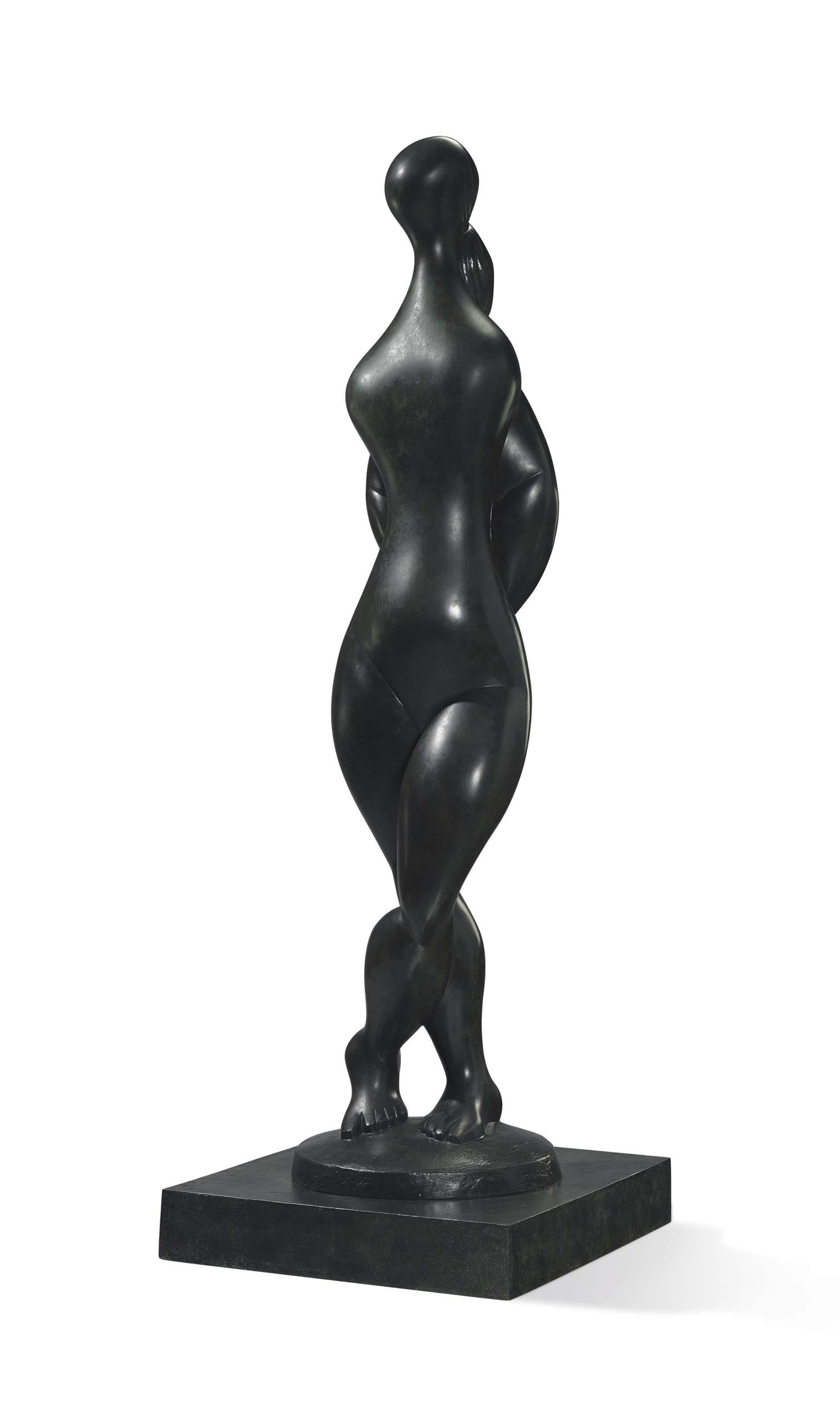 Femme debout, jambes croisées