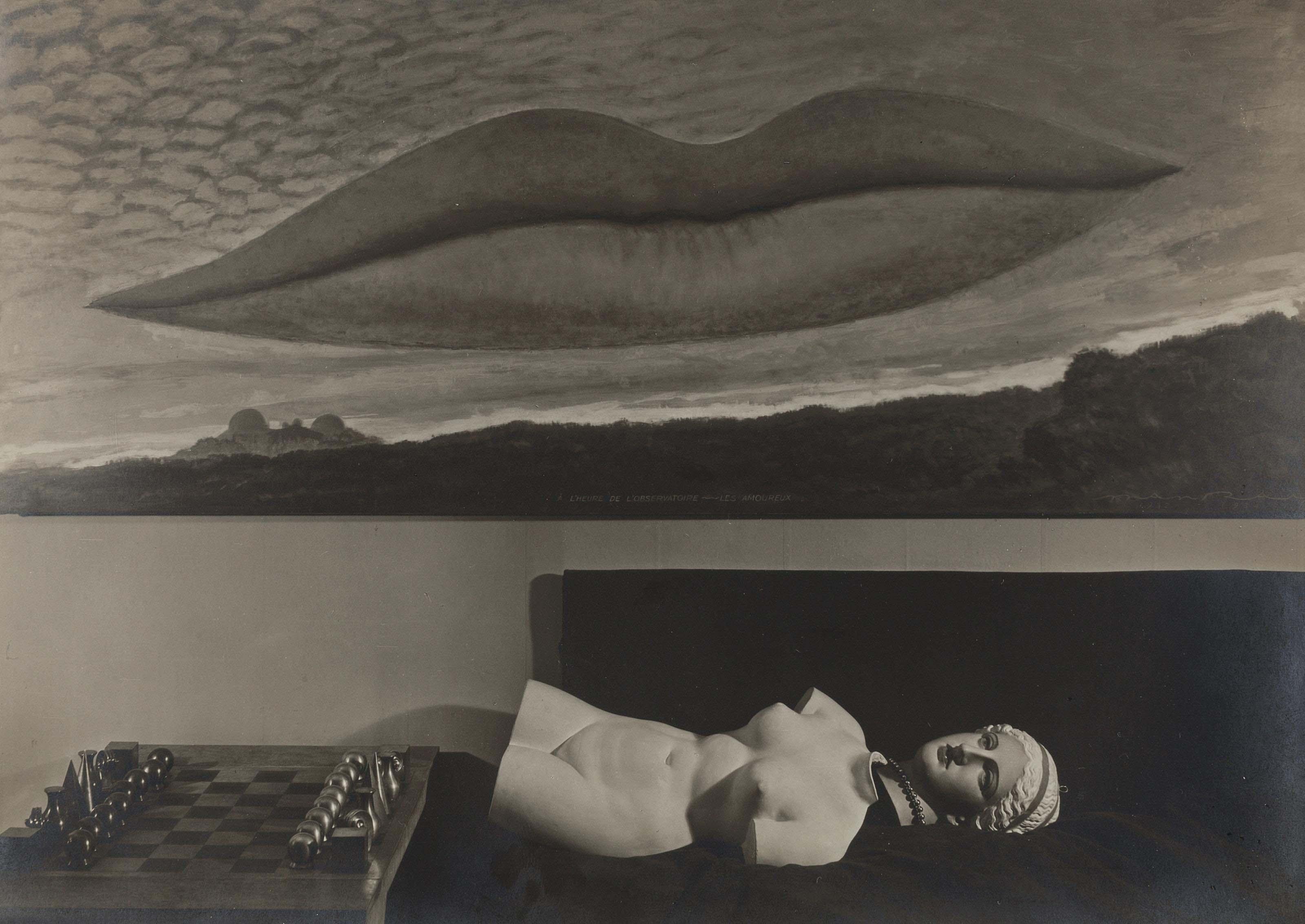 Nature morte avec un jeu d'échecs, moulage en plâtre et A l'Heure de l'Observatoire - Les Amoureux, vers 1935-1936