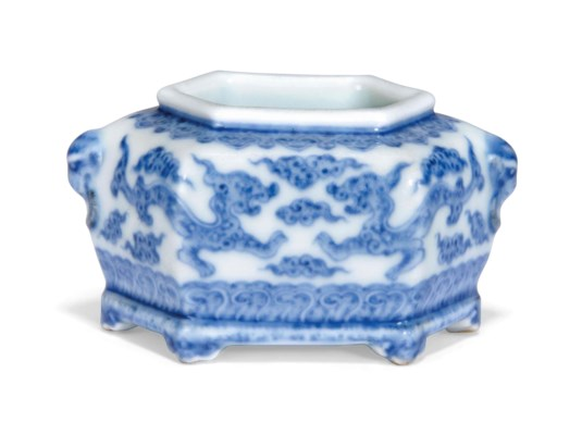 A BLUE AND WHITE HEXAGONAL WAT