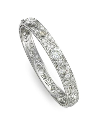 A DIAMOND BANGLE BRACELET