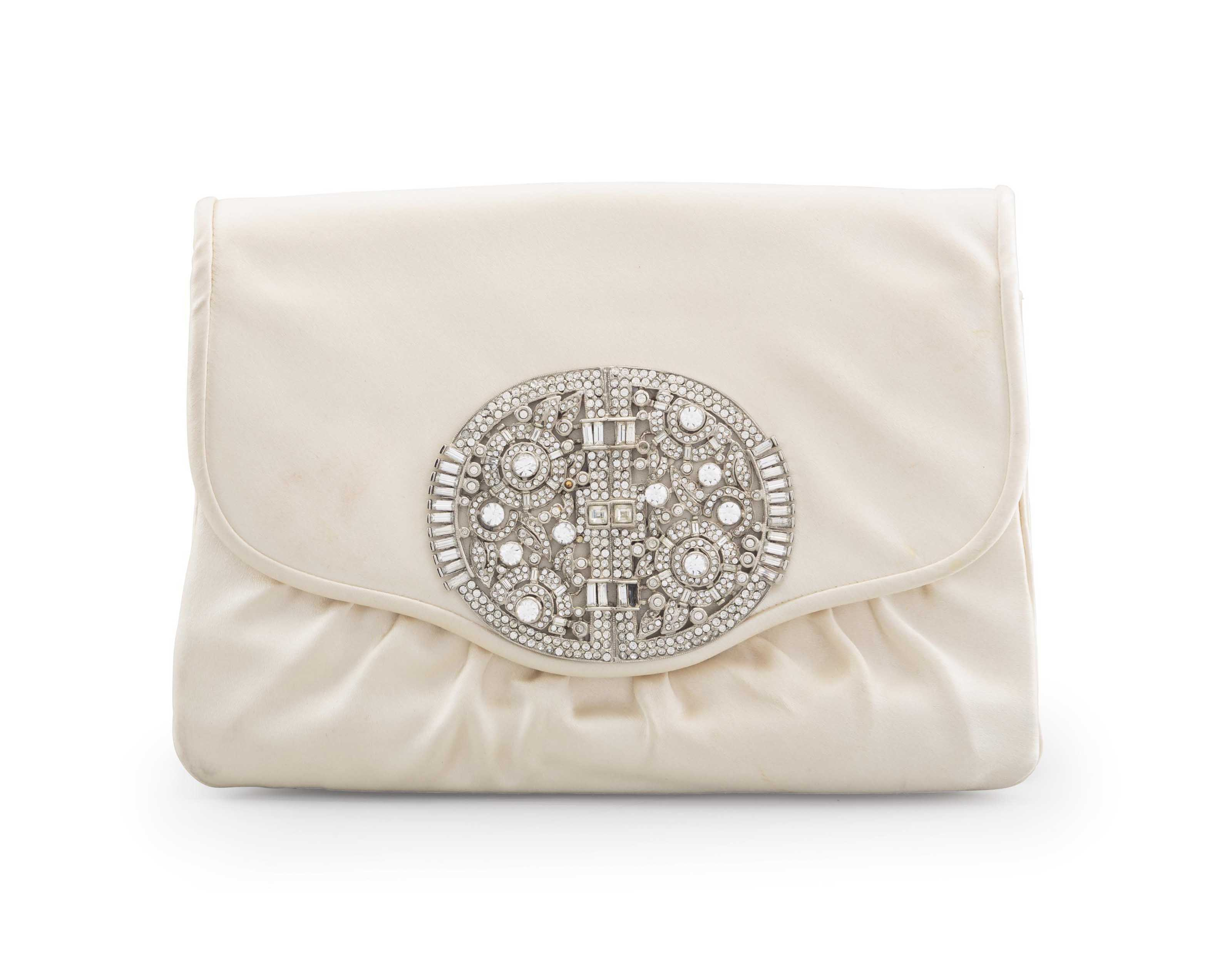 A CREAM SATIN ENVELOPE CLUTCH BAG WITH CRYSTAL ART-DECO ORNAMENT