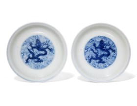 A PAIR OF MING-STYLE BLUE AND WHITE 'NINE DRAGONS' DISHES