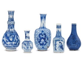 FOUR MINIATURE BLUE AND WHITE VASES AND A MINIATURE BLUE-GLA