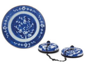 A BLUE AND WHITE DISH AND TWO BLUE AND WHITE COVERS
