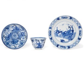 A SMALL BLUE AND WHITE DISH AND A BLUE AND WHITE CUP AND SAU