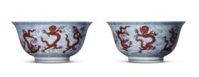 A RARE PAIR OF LARGE IRON-RED AND UNDERGLAZE BLUE 'DRAGON' D
