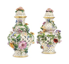 A PAIR OF MEISSEN PORCELAIN RETICULATED FLOWER-ENCRUSTED VASES WITH COVERS