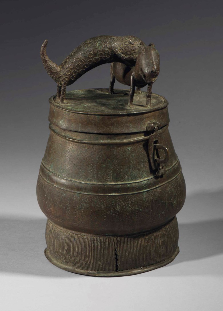 Boite Akan, kuduo Akan lidded vessel, kuduo, Ghana. Height 27  cm (13⅔  in). Estimate €5,000-8,000. This lot is offered in Collection Vérité on 21 November 2017  at Christie's in Paris