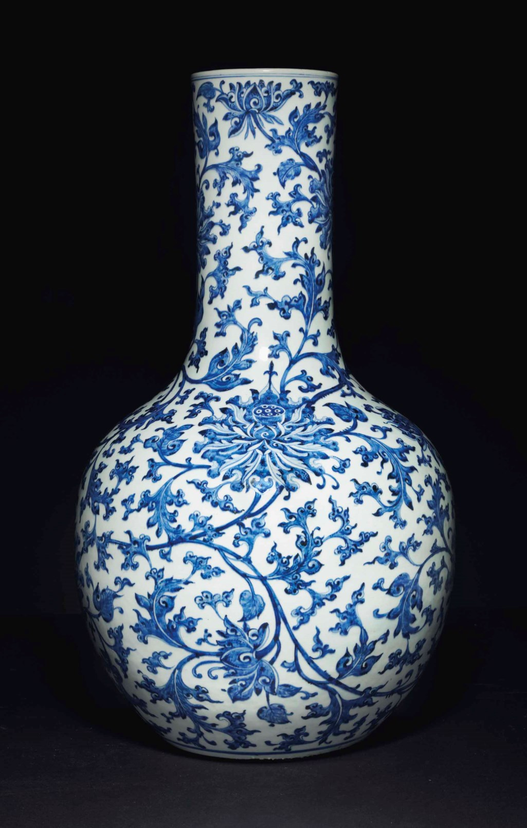 A VERY LARGE CHINESE BLUE AND WHITE 'LOTUS' VASE