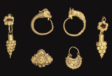 TWO ROMAN GOLD AND GARNET EARRINGS CIRCA 3RD CENTURY AD