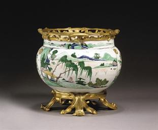 cache pot en porcelaine de la famille verte monte bronze dore chine dynastie qing epoque. Black Bedroom Furniture Sets. Home Design Ideas