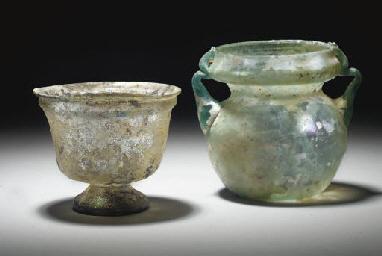 lot comprenant un recipient en verre translucide epoque romaine circa ier iiieme siecle apres. Black Bedroom Furniture Sets. Home Design Ideas