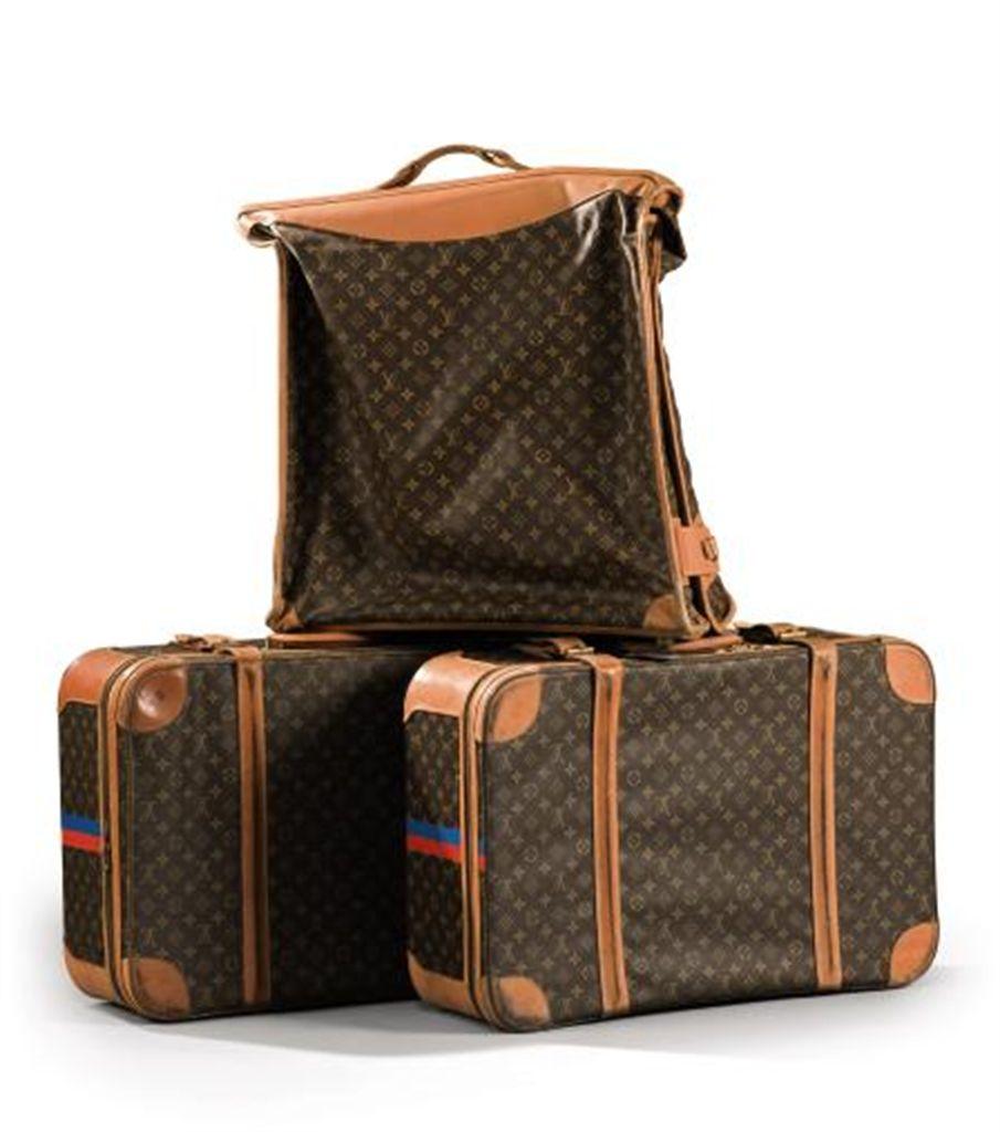 un porte habits et deux valises par louis vuitton. Black Bedroom Furniture Sets. Home Design Ideas