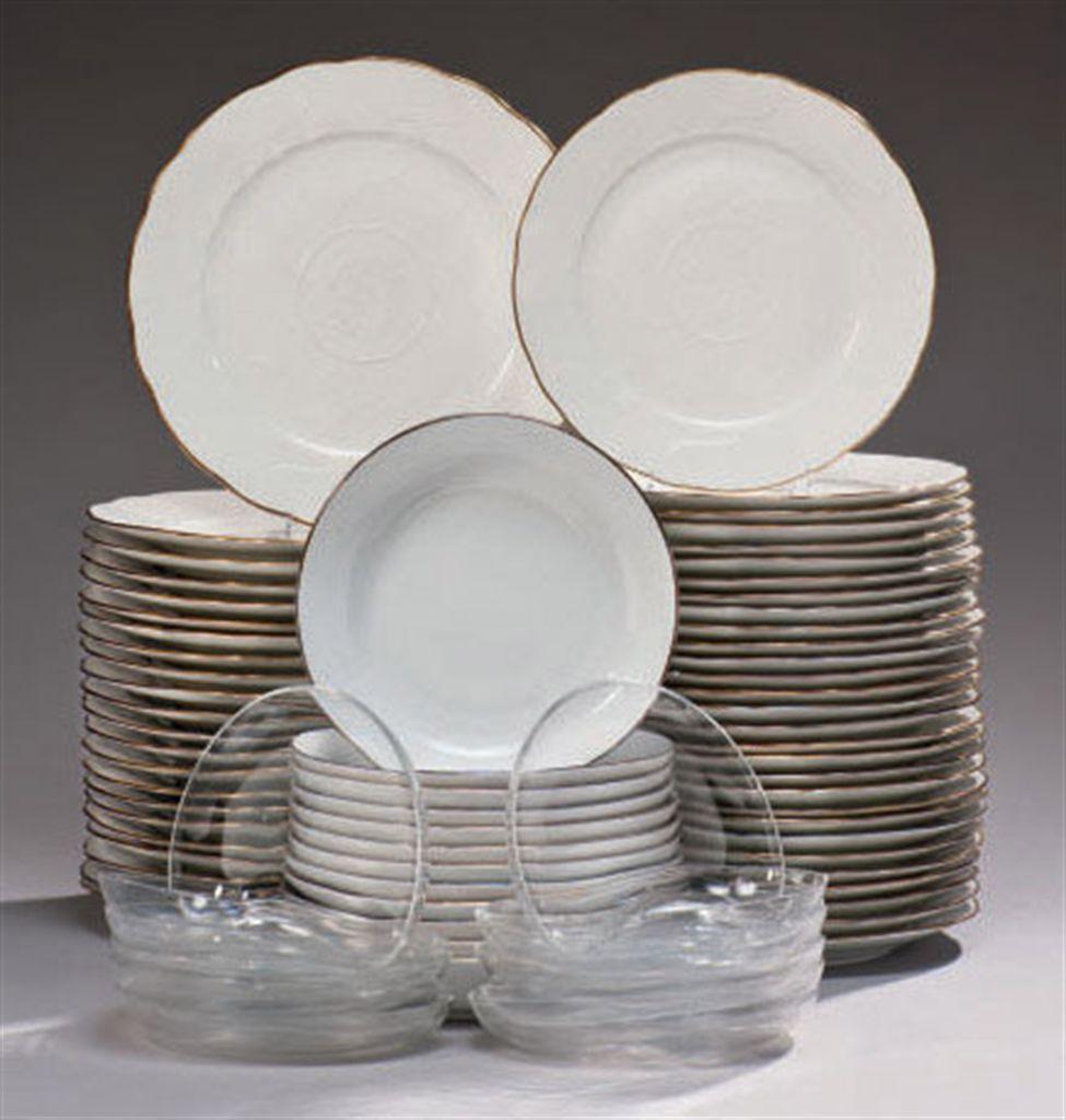 cinquante et une assiettes en porcelaine blanche de. Black Bedroom Furniture Sets. Home Design Ideas