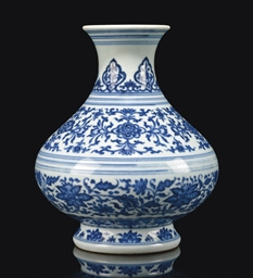 A CHINESE BLUE AND WHITE MING-STYLE VASE | Christie's