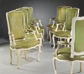 Huit fauteuils de salle a manger de style louis xv d for Fauteuil pour manger