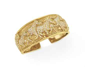A GOLD, DIAMOND AND EMERALD CUFF BRACELET