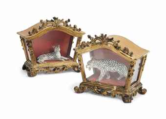 A PAIR OF SAMSON MODELS OF RECUMBENT LEOPARDS IN ITALIAN CARVED GILTWOOD CASES