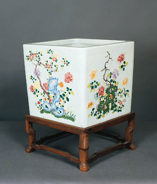 A CHINESE FAMILLE ROSE PORCELAIN JARDINIERE