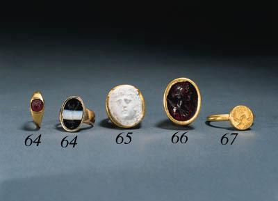 A BYZANTINE GOLD SIGNET RING