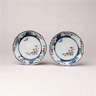 A PAIR OF KAKIEMON FOLIATE RIM