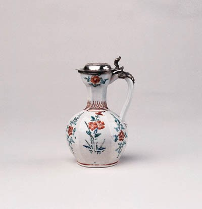 A SMALL KAKIEMON EWER WITH SIL