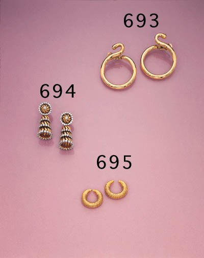 A PAIR OF 18K GOLD EARCLIPS