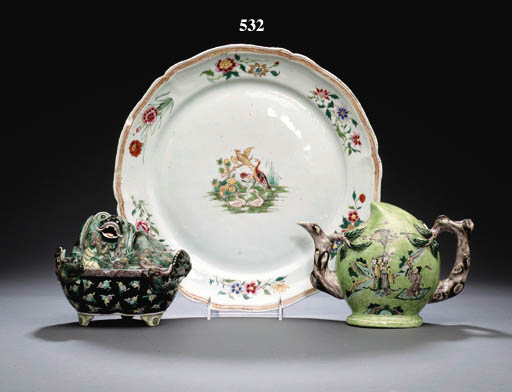 A FAMILLE ROSE SCALLOPED CHARGER