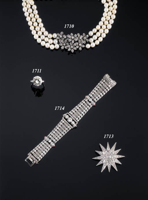 A DIAMOND SINGLE-STONE RING OF
