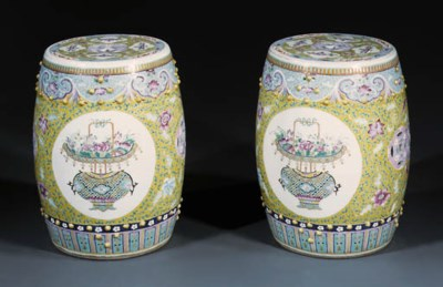 A PAIR OF FAMILLE ROSE BARREL-