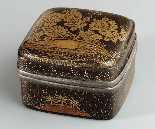 A SMALL LACQUERED COSMETIC BOX
