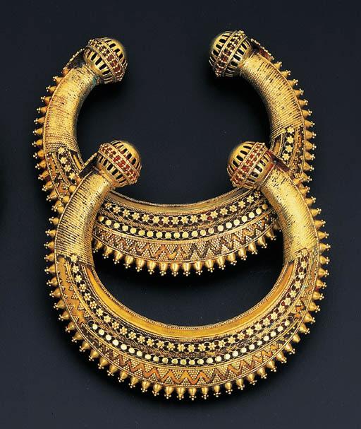 A PAIR OF SOUTH INDIAN KADAS