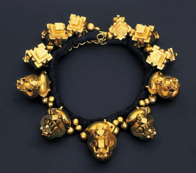 A STRIKING TRIBAL NECKLACE