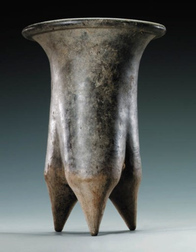 A NEOLITHIC GREY POTTERY TRIPO