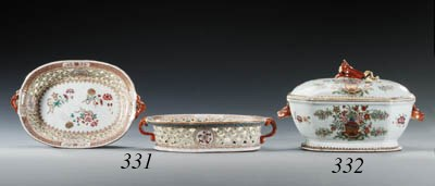 A PAIR OF FAMILLE ROSE OVAL BA