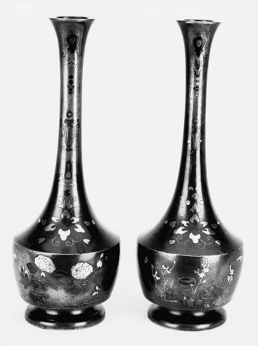 A pair of Japanese mallet shap