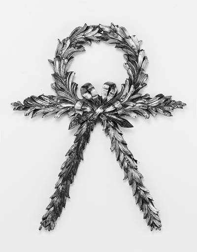 A gilt-bronze laurel wreath