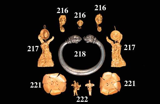 A GRAECO-ROMAN GOLD EROS EARRI