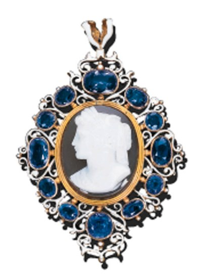 AN AGATE, SAPPHIRE AND ENAMEL