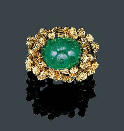 A GOLD AND EMERALD RING, SCHLU