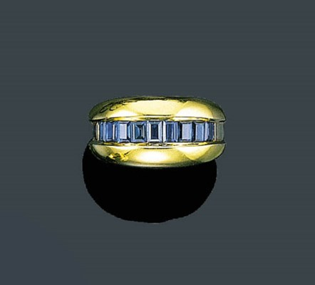 AN 18K GOLD AND SAPPHIRE RING,